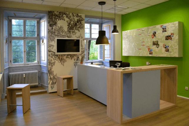 Mostrador de oficina en habitación verde