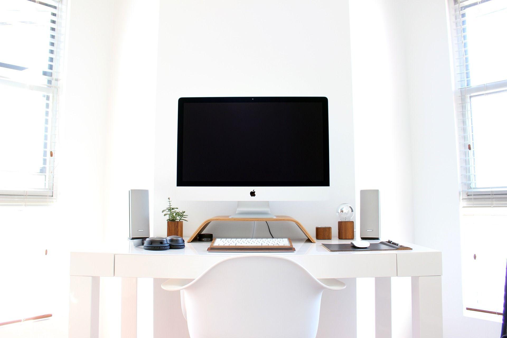 Silla de ofiicna blanca en un despacho